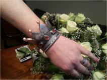 De Kroningsarmband. Deze armband is gemaakt door onze stagair ter gelegenheid van de kroning van de Koning.a