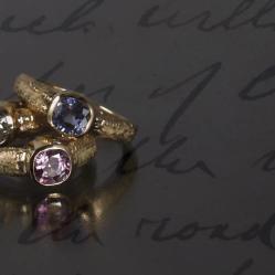 Drie 18 karaat geelgouden ringen gezet met natuurlijk gekleurde saffieren