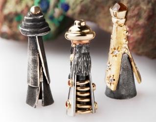 De drie koningen behorende bij onze kerststal in zilver en 18 karaat goud gezet met saffier en diamant.