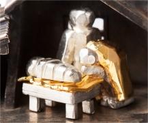 Het middenstuk van de kerststal. Het is 1 cm. groot en verbeeld Josef, Maria en Jesus.