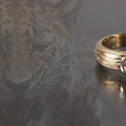 Een 18 karaat geelgouden solitair gezet met een briljant geslepen diamant