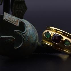 18 karaat geelgouden ring met smaragd en saffier
