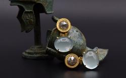 18 karaat geelgouden oorbellen met RAW diamant en cabuchon geslepen aquamarijn